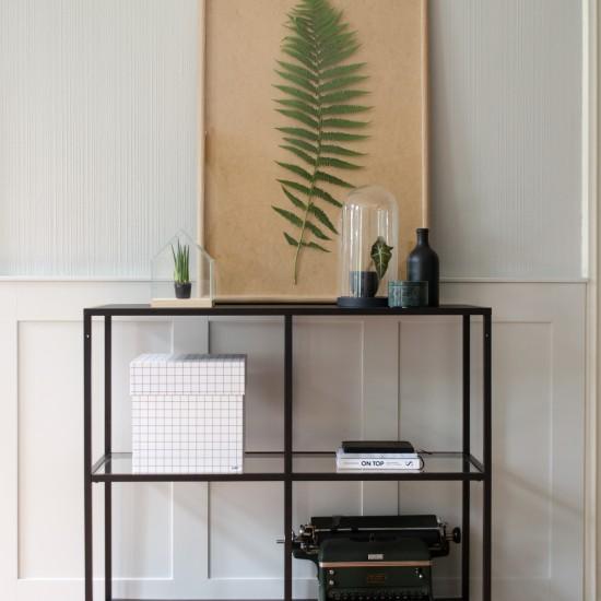 Binnenkijken bij Marieke - Foto van kastje met planten en schilderij